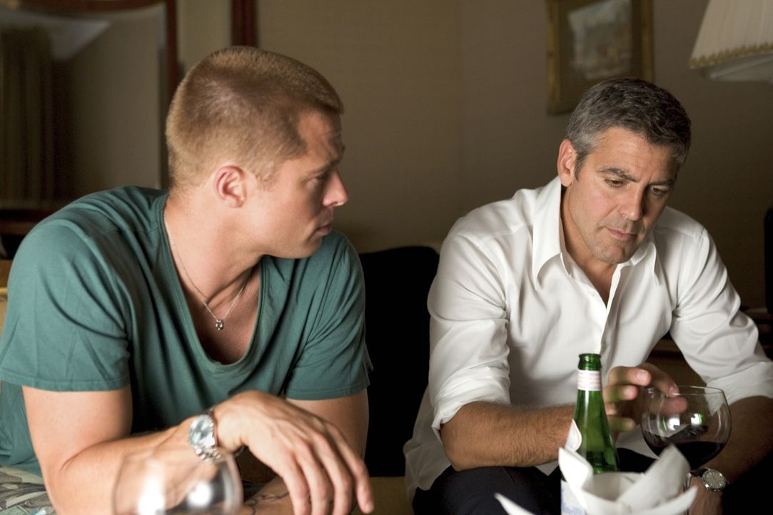 Danny Ocean (George Clooney, r.) und Rusty Ryan (Brad Pitt, l.) planen das ganz großes Ding ... - Bildquelle: Warner Bros. Television