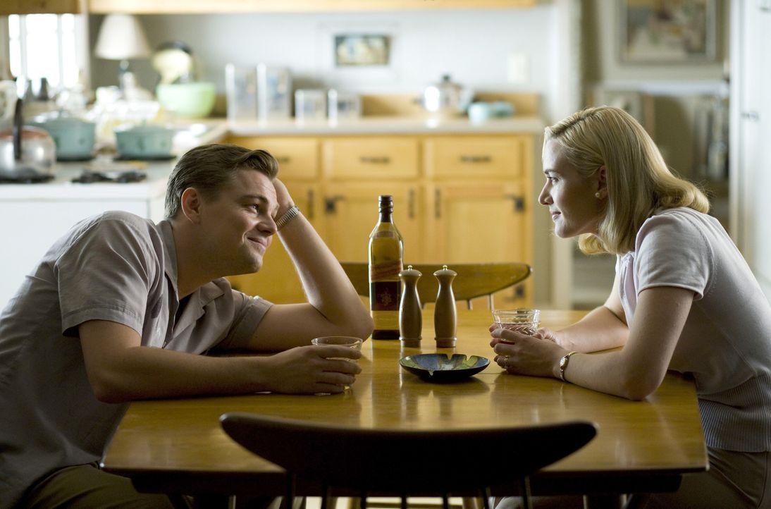 Eigentlich sind April (Kate Winslet, r.) und Frank Wheeler (Leonardo DiCaprio, l.) ein Traumpaar. Der Familienvater hat einen ungeliebten, aber gut... - Bildquelle: 2007 Dreamworks,  LLC.