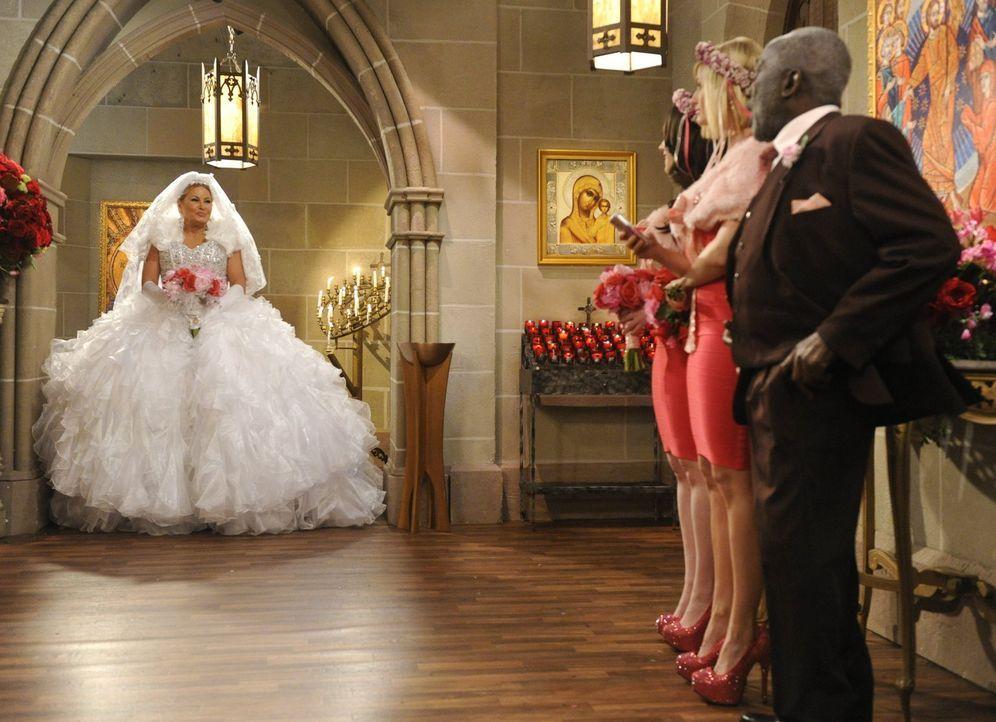 Sophie (Jennifer Coolidge, l.) lässt mit ihrem Hochzeitskleid Max (Kat Denning, 2.v.l.), Caroline (Beth Behrs, 2.v.r.) und Earl (Garrett Morris, r.)... - Bildquelle: Warner Bros. Television