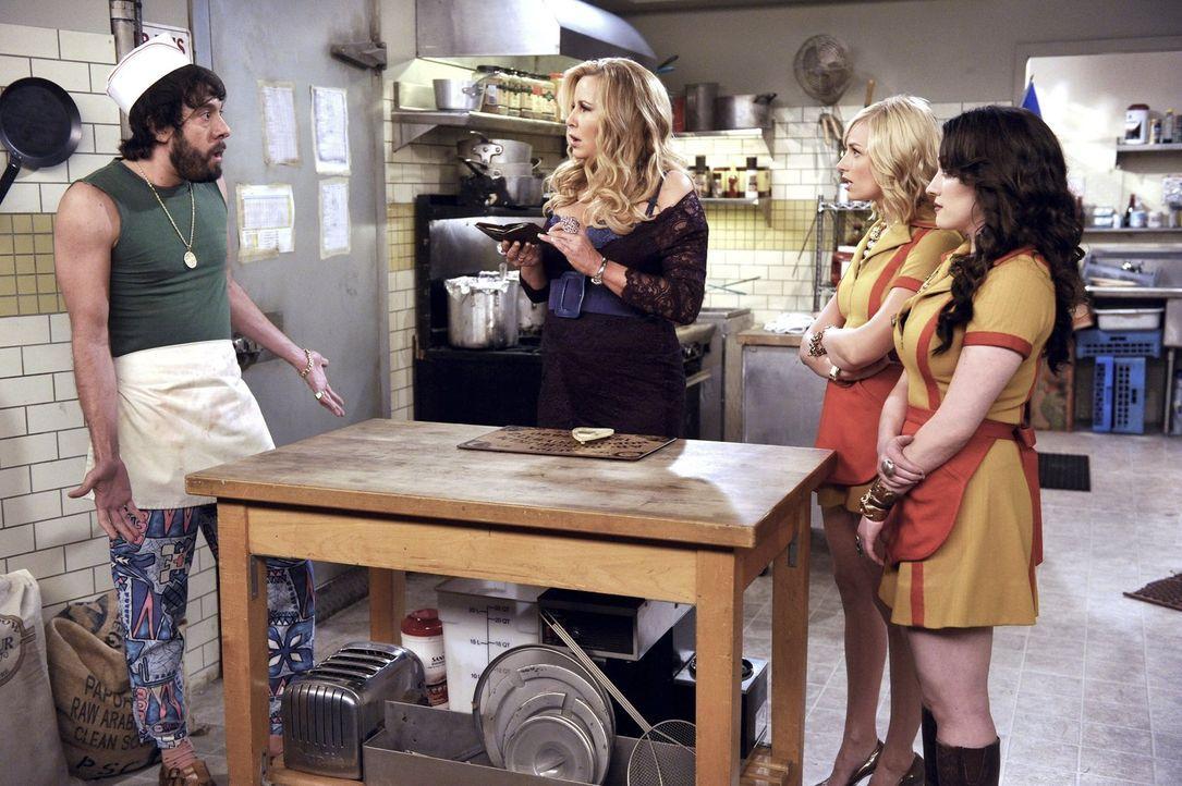 Sophie (Jennifer Coolidge, 2.v.l.), Caroline (Beth Behrs, 2.v.r.) und Max (Kat Dennings, r.) sind entsetzt. Was hat Oleg (Jonathan Kite, l.) nun sch... - Bildquelle: Warner Bros. Television