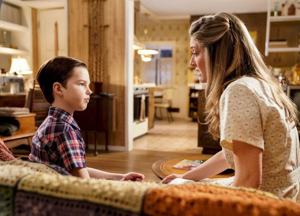 Kann Mary (Zoe Perry, r.) verhindern, dass Sheldon (Ian Armitage, l.) sich einmischt, als Meemaw sich nicht nur mit Dr. Sturgis sondern auch mit Mr.... - Bildquelle: Warner Bros. Television