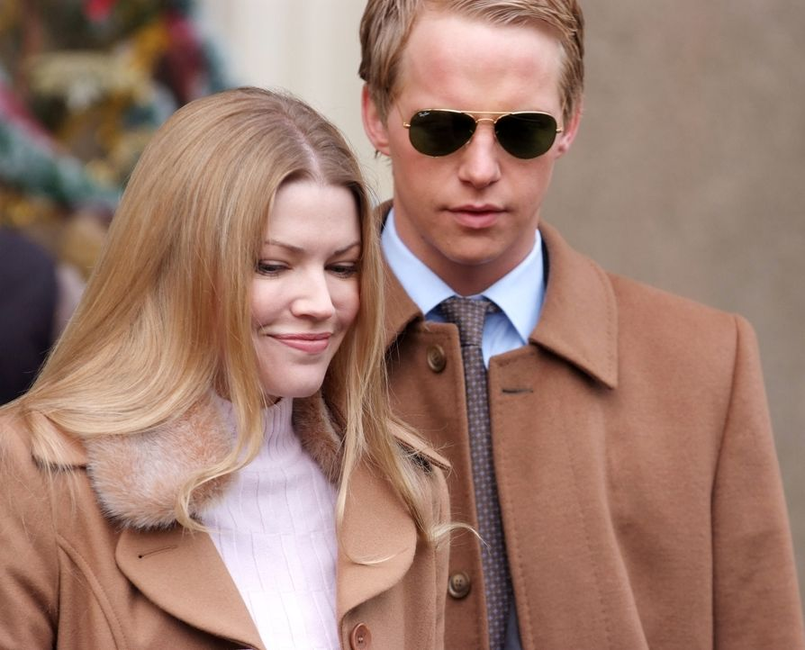 Sind voller Vorfreude: Prinz Edvard (Chris Geere, r.) und Prinzessin Paige von Dänemark (Kam Henskin, l.) ... - Bildquelle: Nu Image Films