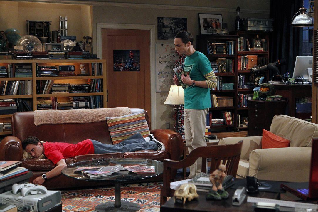 Während Leonard (Johnny Galecki, r.) schockiert feststellt, dass er der Einzige ohne Freundin ist, versucht Sheldon (Jim Parsons, l.), Amy loszuwerd... - Bildquelle: Warner Brothers