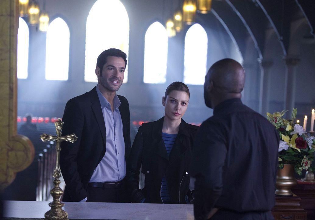 Chloe (Lauren German, M.) lässt sich auf Ermittlungen gegen einen Drogenring ein, mit dem Lucifer (Tom Ellis, l.) versucht zu beweisen, dass Pater F... - Bildquelle: 2016 Warner Brothers