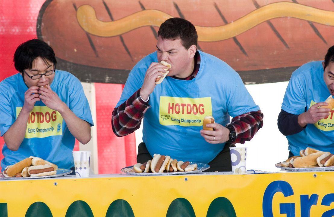 Schluckspecht (Kevin Heffernan, M.) haut kräftig bei den Hotdogs rein ... - Bildquelle: Warner Brothers International Television