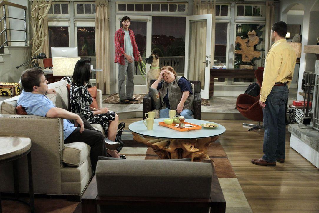 Sind wegen seiner Launen schon genervt von Walden (Ashton Kutcher, M.): Billy (Patton Oswalt, l.), Robin (Mimi Rogers, 2.v.l.), Berta (Conchata Ferr... - Bildquelle: Warner Brothers Entertainment Inc.
