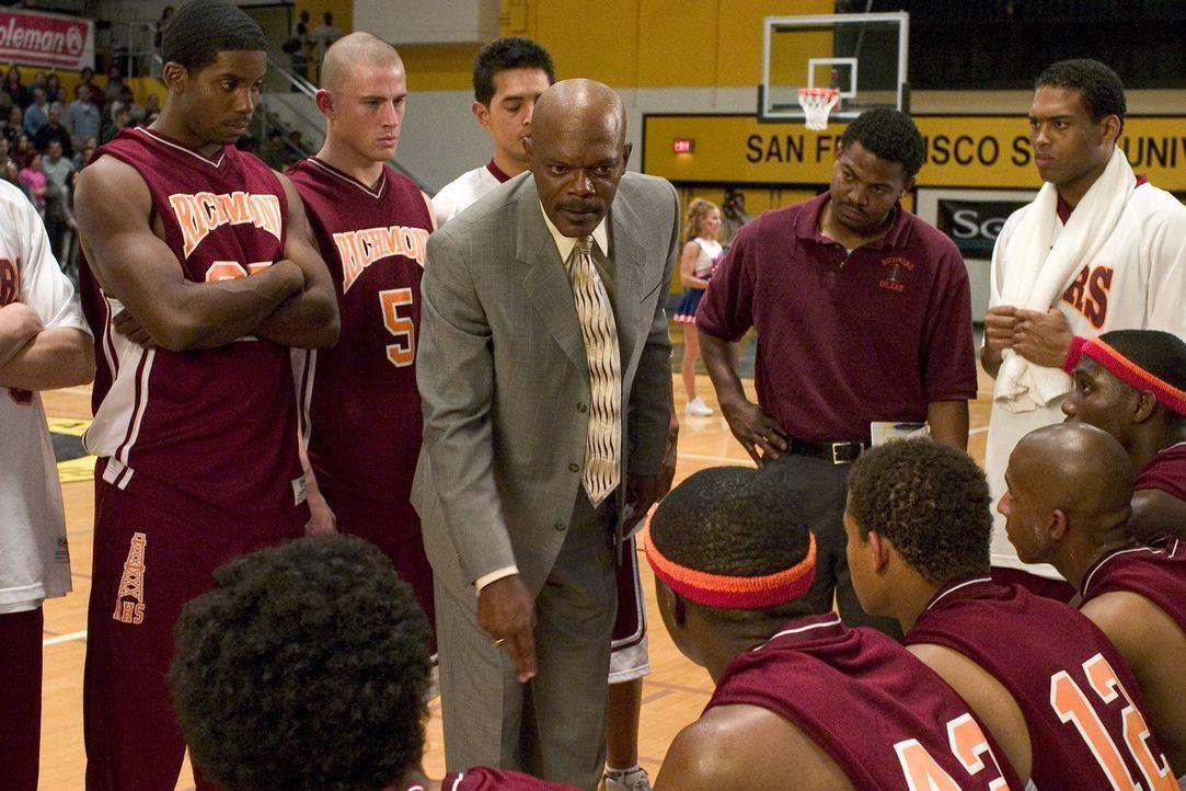 Alle Spieler haben mit ihren schulischen Leistungen große Probleme. Als Coach Carter (Samuel L. Jackson, M.) davon erfährt, ist er entsetzt. Gegen... - Bildquelle: CBS International Television