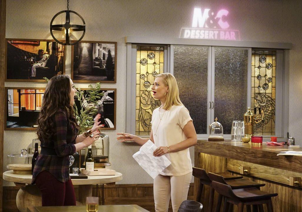 Eigentlich steht der Eröffnung ihrer Dessert-Bar nichts mehr im Wege, doch als Max (Kat Dennings, l.) und Caroline (Beth Behrs, r.) eine Ausschankli... - Bildquelle: Warner Bros. Television