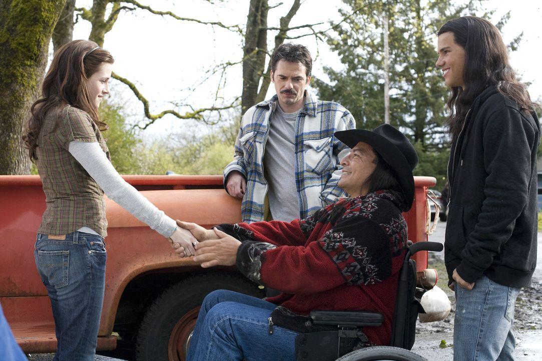 Eigentlich ist Isabella Swan (Kristen Stewart, l.) nur ungern zu ihrem Vater Charlie (Billy Burke, 2.v.l.) nach Forks zurückgekehrt. Kaum angekomme... - Bildquelle: 2008 Summit Entertainment, LLC All Rights Reserved