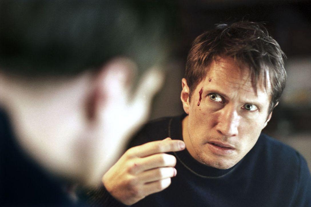 Seit seiner Ankunft in Kaifeck plagen Marc (Benno Fürmann) Alpträume. Immer wieder fügt er sich dabei Verletzungen zu. Als er im Dorf über die B... - Bildquelle: Kinowelt