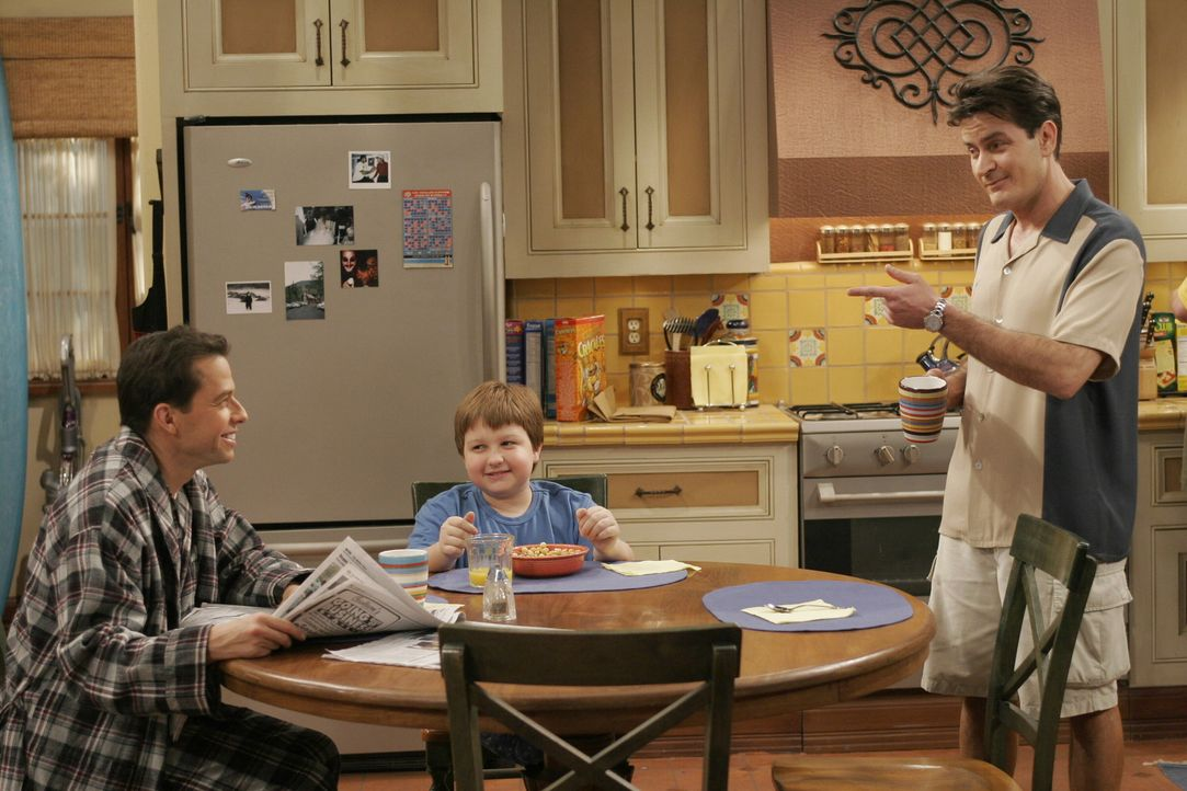 Charlie (Charlie Sheen, r.) erzählt Alan (Jon Cryer, l.) und Jake (Angus T. Jones, M.) von seiner neuen Flamme Mia ... - Bildquelle: Warner Brothers Entertainment Inc.