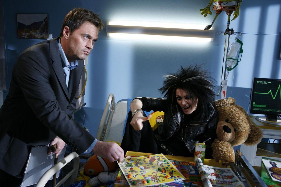 Tokio Hotel-Sänger Bill (Martina Hill, r.) leidet an einem ansteckenden Virus - ein Fall für Dr. House (Michael Müller, l.) ... - Bildquelle: ProSieben