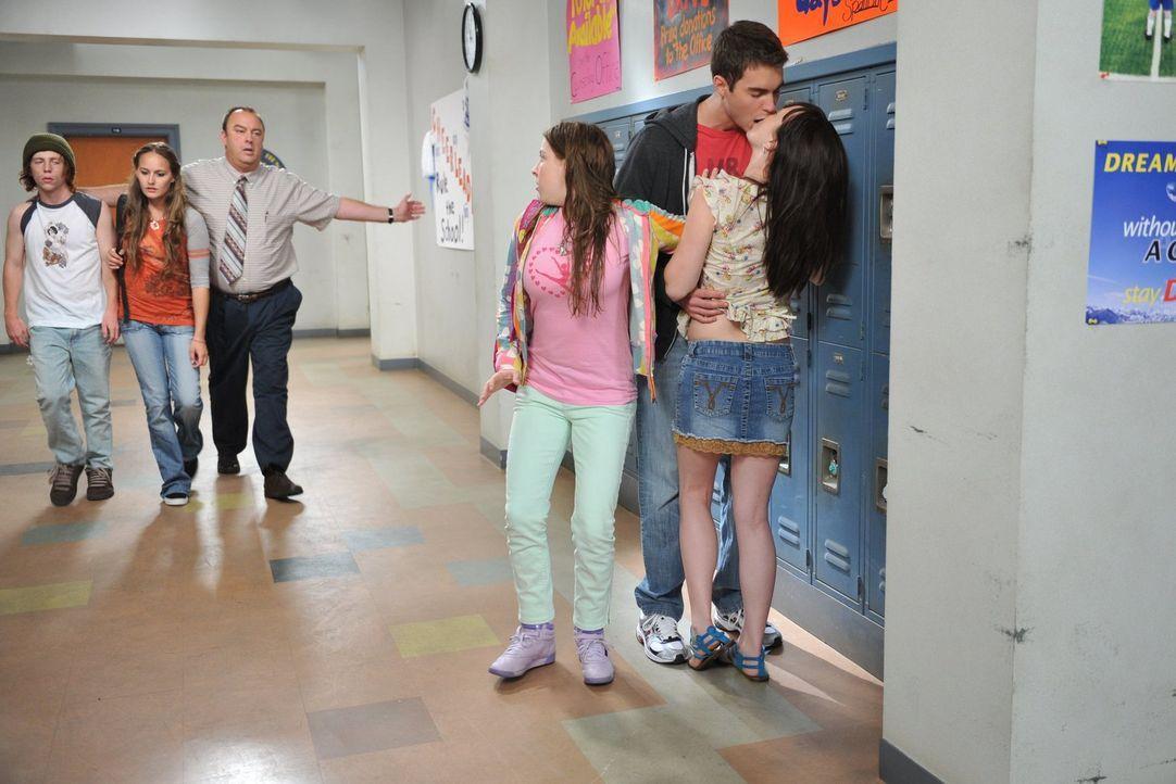 So hat sich Sue (Eden Sher, 3.v.r.) ihre ersten Tage auf der Highschool nicht vorgestellt: Wegen ihres neuen Wahlfachs, kommt sie ständig zum nachfo... - Bildquelle: Warner Brothers