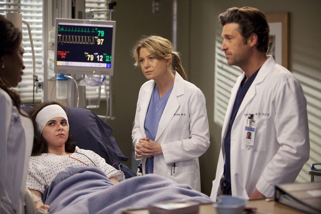 Eine namenlose, schwer verletzte Frau (Vanessa Marano, 2.v.l.) ohne Papiere, beschäftigt das Ärzteteam: Dr. Fincher (Lorraine Toussaint, l.), Dere... - Bildquelle: Touchstone Television