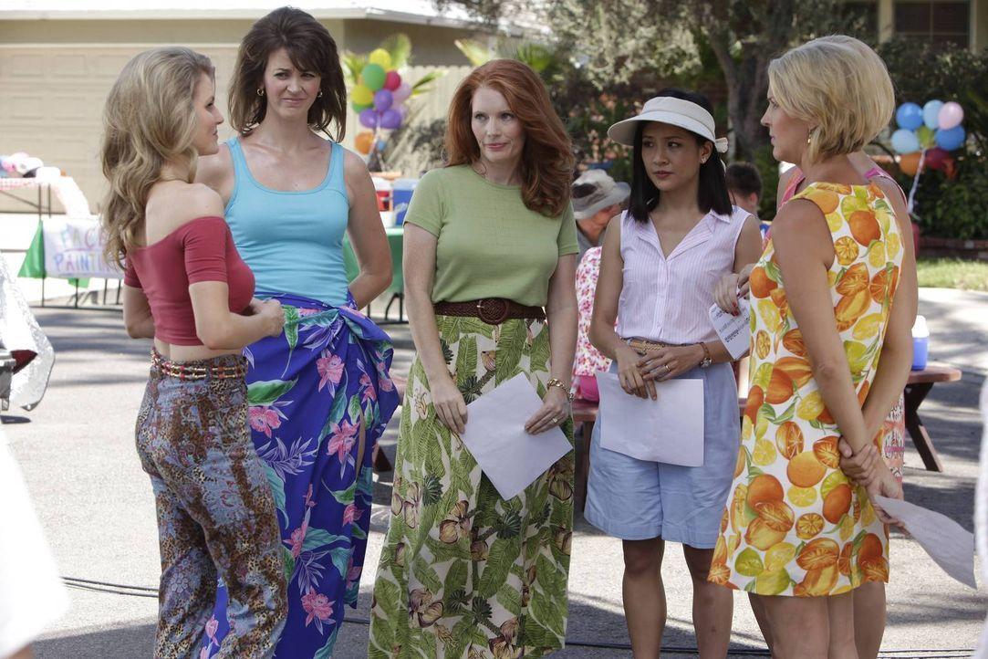 Während Jessica (Constance Wu, 2.v.r.) mit den neuen Nachbarinnen Honey (Chelsey Crisp, l.), Amanda (Colleen Ryan, 2.v.l.), Lisa (Kimberly Crandall,... - Bildquelle: 2015 American Broadcasting Companies. All rights reserved.