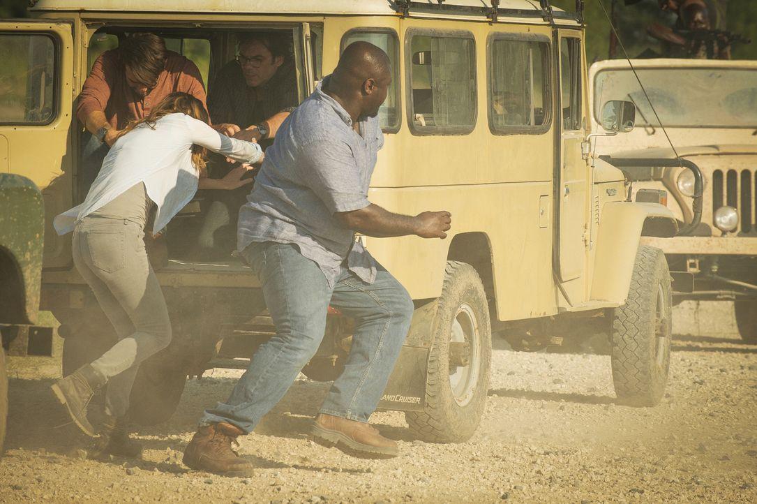 Ein Rebellenangriff auf ihrer Reise durch Afrika wird durch einen gut getimten Zufall unterbrochen: Jackson (James WOlk, l.), Jamie (Kristen Connoll... - Bildquelle: Cook Allender 2015 CBS Broadcasting Inc. All Rights Reserved.