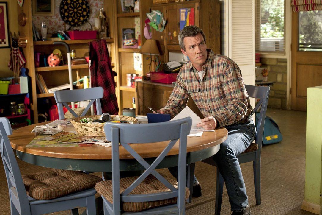 Geldsorgen plagen Mike (Neil Flynn): In seinem Alter wollte er eigentlich schon längst finanziell unabhängig sein ... - Bildquelle: Warner Brothers