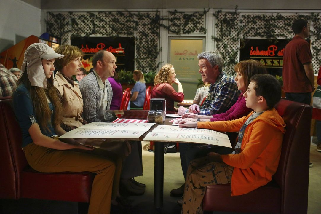 (im Uhrzeigersinn) Cindy (Casey Burke); LuEllen (Lauren Drasler); Merv (Brian Stepanek); Mike (Neil Flynn); Frankie (Patricia Heaton); Brick (Atticu... - Bildquelle: Warner Brothers