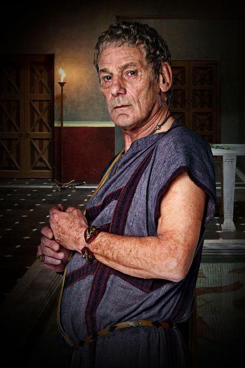 Vater von Quintus Lentulus Batiatus und anfänglich Besitzer der Gladiatorenschule: Titus Batiatus (Jeffrey Thomas) ... - Bildquelle: 2010 Starz Entertainment, LLC