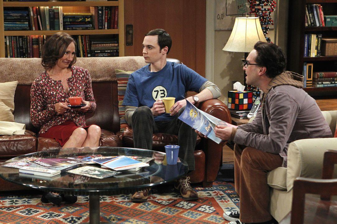 Sheldons (Jim Parsons, M.) Mutter Mary (Laurie Metcalf, l.) ist zu Besuch. Doch die Freude währt nicht lange: Statt von seiner Mutter ein Brathähn... - Bildquelle: Warner Bros. Television