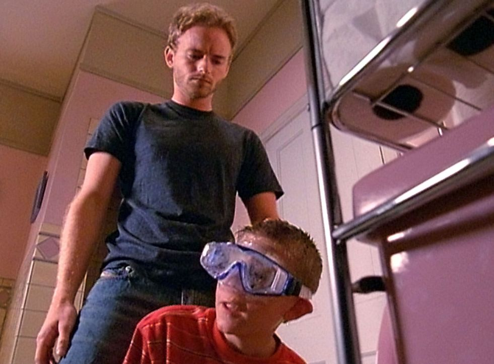 Francis (Christopher Masterson, hinten) schikaniert Dewey (Erik Per Sullivan, vorne) aufs Übelste, doch am Ende sieht er ein, dass er zu weit gegang... - Bildquelle: TM &  2005 - 2006 Twentieth Century Fox Film Corporation and Regency Entertainment (USA), Inc.