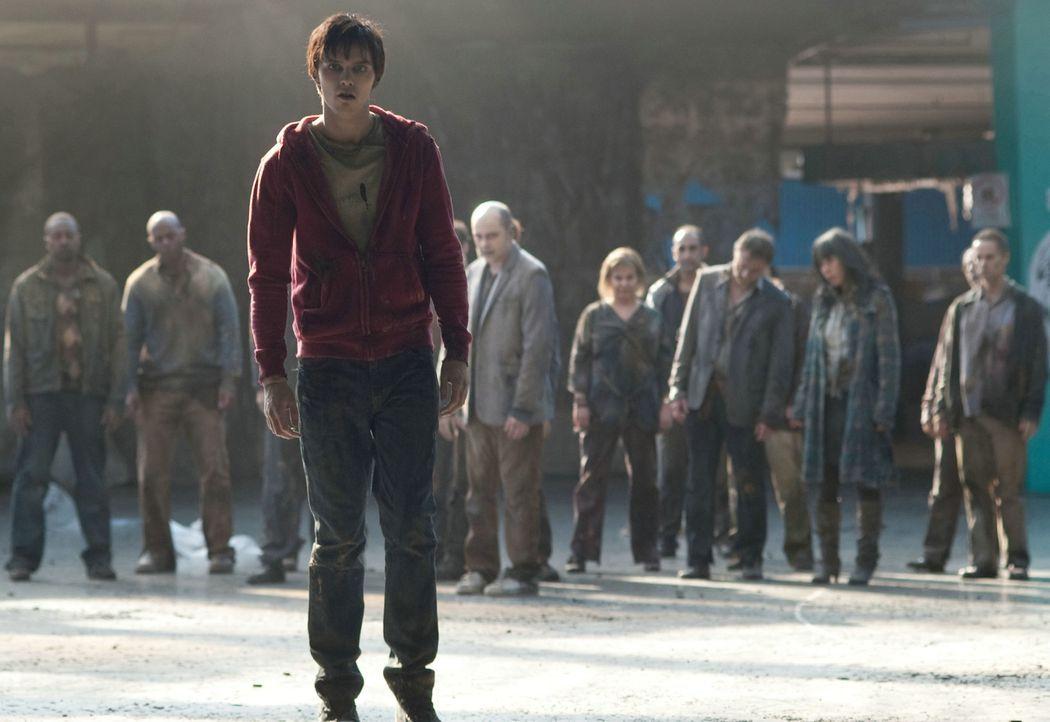 Muss Julie vor seinen hungrigen Artgenossen beschützen: Zombie R (Nicholas Hoult) ... - Bildquelle: 2013 Concorde Filmverleih GmbH