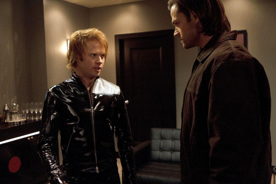 Gadreel (Jared Padalecki, r.) macht sich auf den Weg zu Thaddeus (Wesley MacInnes, l.), seinem ehemaligen Folterknecht, und setzt dort seinen Feldzu... - Bildquelle: 2013 Warner Brothers
