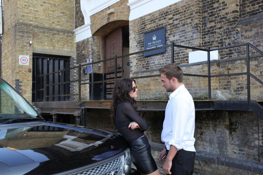 Eleanor (Alexandra Park, l.) braucht Jaspers (Tom Austen, r.) Hilfe, doch wird er ihr nachdem was sie ihm angetan hat, wirklich helfen? - Bildquelle: Helen Vidler 2014 E! Entertainment Media, LLC