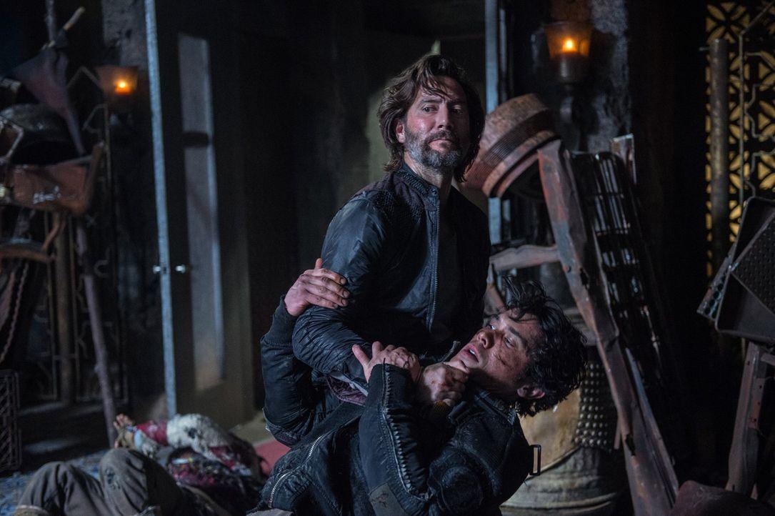 Während Kane (Henry Ian Cusick, oben) und Bellamy (Bob Morley, unten) ihren Kampf in der realen Welt ausfechten, muss Clarke in der Stadt des Lichts... - Bildquelle: 2014 Warner Brothers