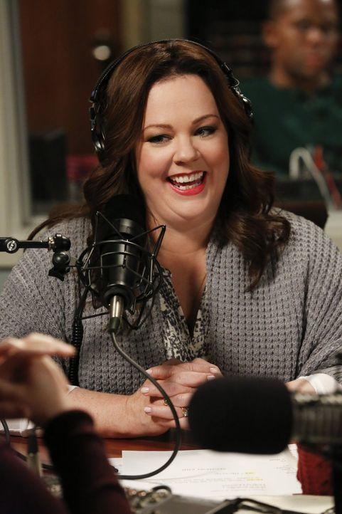 Während Molly (Melissa McCarthy) in einer Radiosendung zu Gast ist, um Peggys Biografie zu promoten, jedoch ohne die Unterstützung ihrer Co-Autorin,... - Bildquelle: Warner Brothers