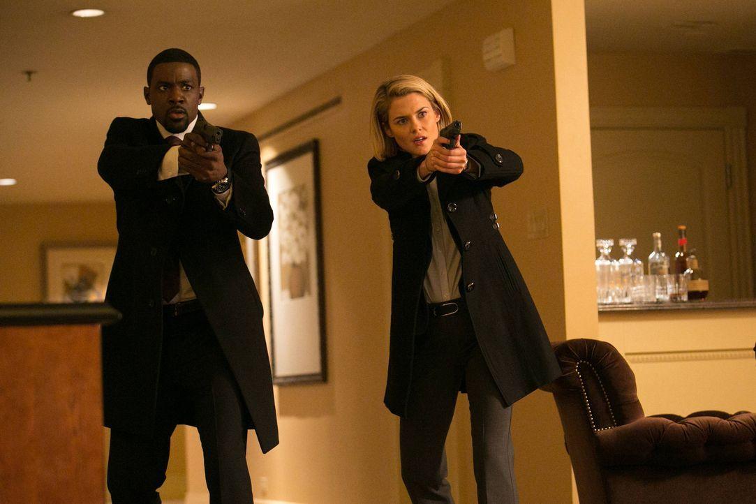 Gemeinsam versuchen sie weiter, die entführten Kinder zu finden: Secret Service-Agent Marcus Finley (Lance Gross, l.) und FBI-Agentin Susie Dunn (Ra... - Bildquelle: 2013-2014 NBC Universal Media, LLC. All rights reserved.