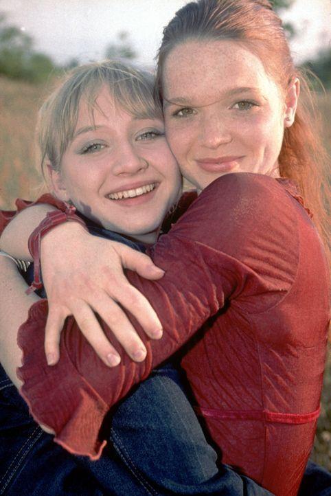 Ein Herz und eine Seele - aber nicht mehr lange: Kati (Anna Maria Mühe, l.) und Steffi (Karoline Herfurth, r.) ... - Bildquelle: 2003 Sony Pictures Television International. All Rights Reserved.