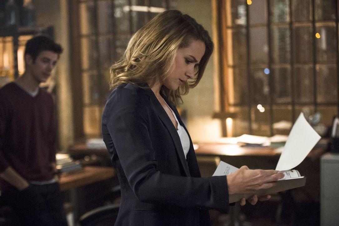 Als Patty (Shantel VanSanten) und Joe zu einem Tatort gerufen werden, erfährt die junge Polizistin etwas, was sie unter allen Umständen vor Barry ge... - Bildquelle: 2015 Warner Brothers.