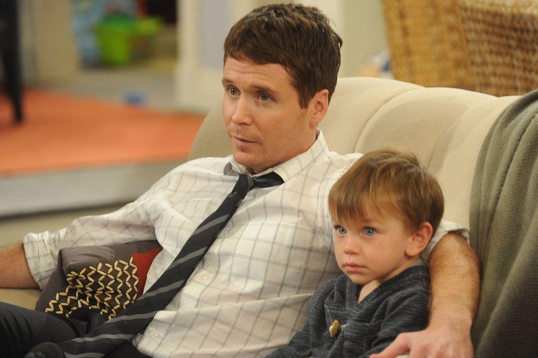 Wenigstens Charlie hält zu seinem Vater Bobby (Kevin Connolly, l.) ... - Bildquelle: 2013 CBS Broadcasting, Inc. All Rights Reserved.