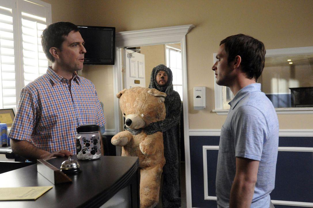 Ryan (Elijah Wood, r.) will Wilfred (Jason Gann, M.) aus dem Kindergarten für Hunde befreien, nachdem der ihm erzählt hat, dass er von Darryl (Ed... - Bildquelle: 2011 FX Networks, LLC. All rights reserved.