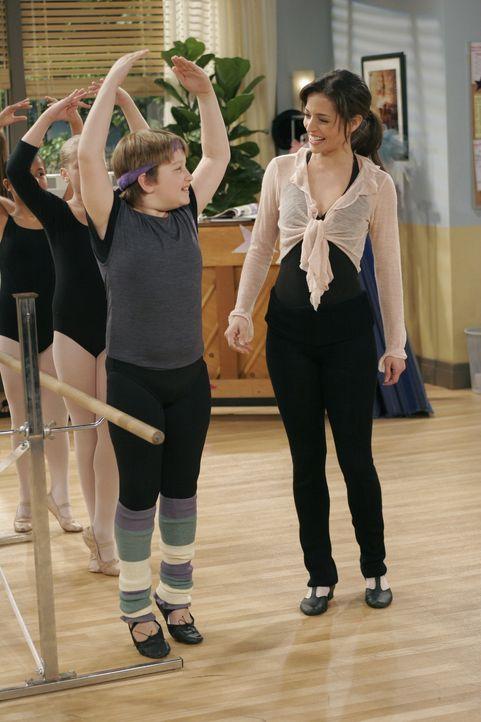 Nach anfänglichen Schwierigkeiten findet Jake (Angus T. Jones, l.) langsam Gefallen am Ballettunterricht und vor allem an Mia (Emmanuelle Vaugier,... - Bildquelle: Warner Brothers Entertainment Inc.