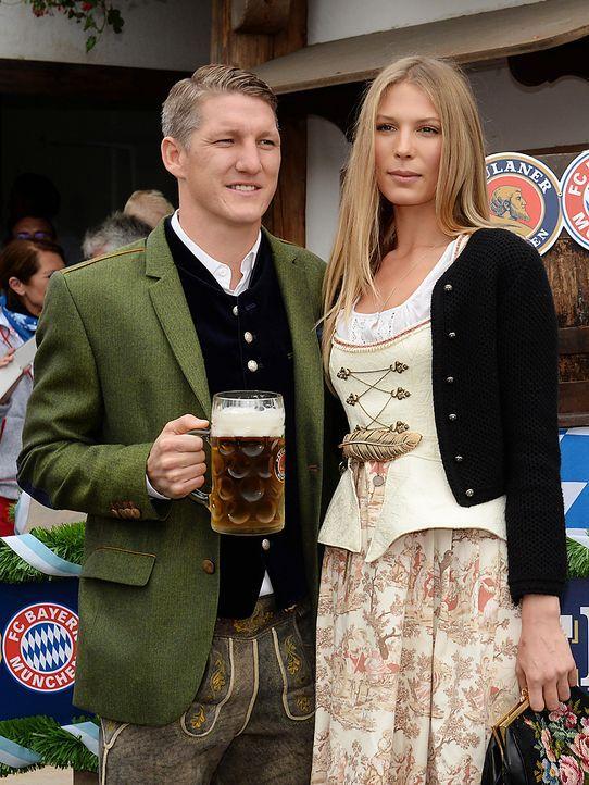 Bastian-Schweinsteiger-oktoberfest-wiesn-13-10-06-dpa - Bildquelle: dpa