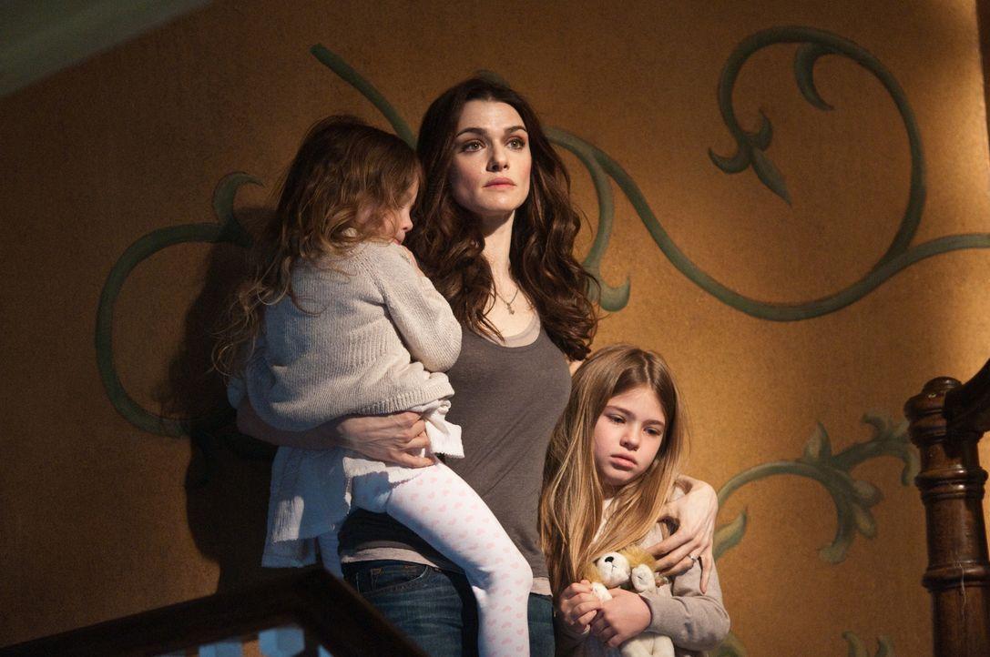 Für Libby (Rachel Weisz, M.) und ihre Töchter Dee Dee (Claire Geare, l.) und Trish (Taylor Geare, r.) wird der Umzug in ihr Traumhaus zum Albtraum,... - Bildquelle: 2011 Universal Studios