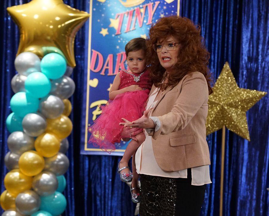 Emma (Kayleigh und Sura Harris, l.); Bonnie (Melissa Peterman, r.) - Bildquelle: Eric McCandless ABC Family