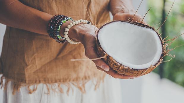 Die pflegende Wirkung mit reichhaltigen Fettsäuren macht die Kokosnuss zu uns...
