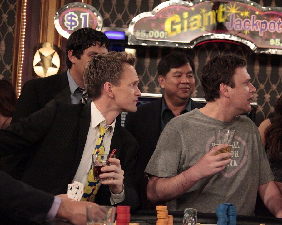 Unternehmen einen gemeinsamen Roadtrip: Marshall (Jason Segel, r.) und Barney (Neil Patrick Harris, l.) ... - Bildquelle: 20th Century Fox International Television