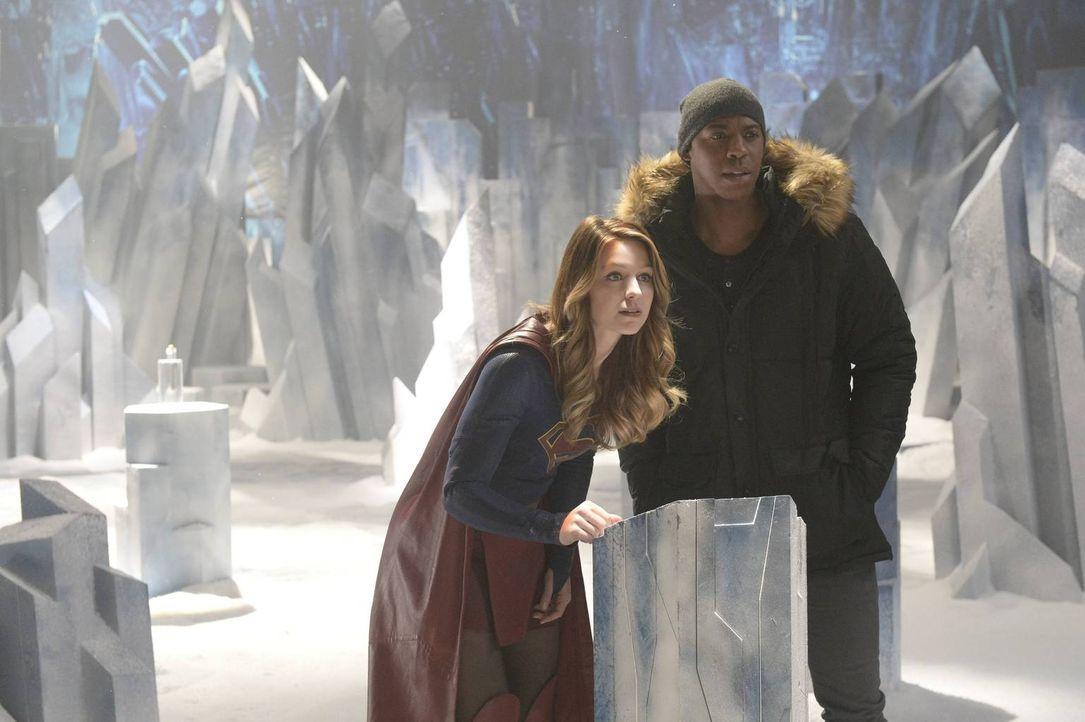 James (Mehcad Brooks, r.) hilft Supergirl (Melissa Benoist, l.) dabei, in der Festung ihres Cousins mehr über die Außerirdische Indigo zu erfahren,... - Bildquelle: 2015 Warner Bros. Entertainment, Inc.