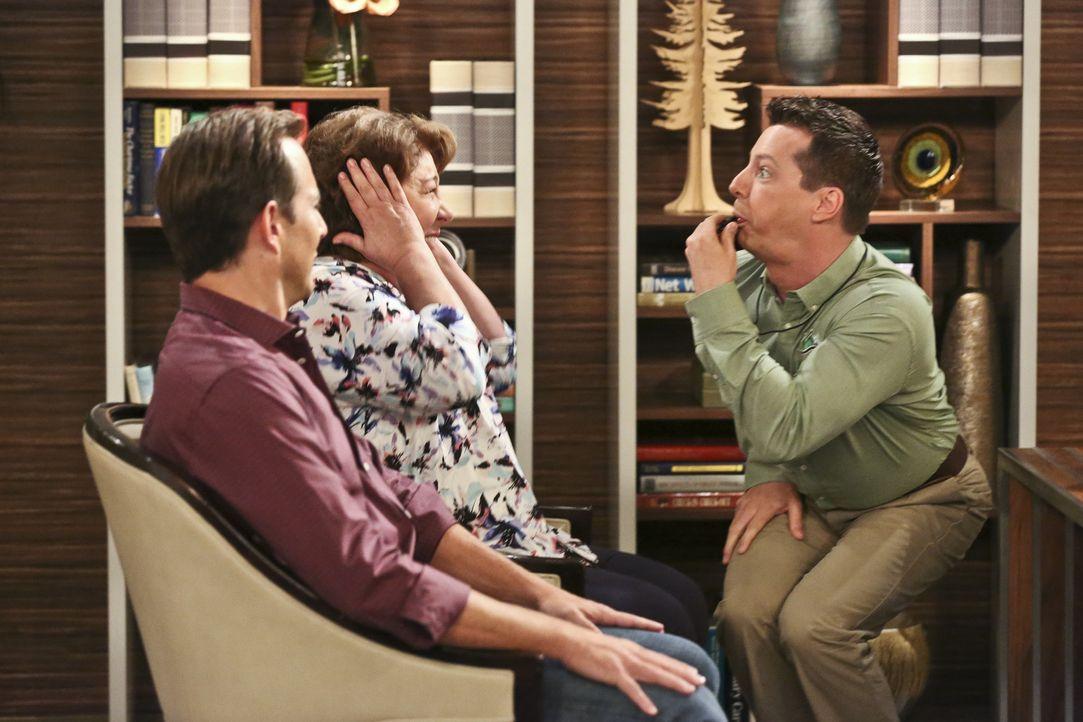 Nathan (Will Arnett, l.) ist geschockt, denn statt ins Seniorenheim zu ziehen, plant seine Mutter (Margo Martindale, M.), gemeinsam mit ihrem neuen... - Bildquelle: 2014 CBS Broadcasting, Inc. All Rights Reserved.