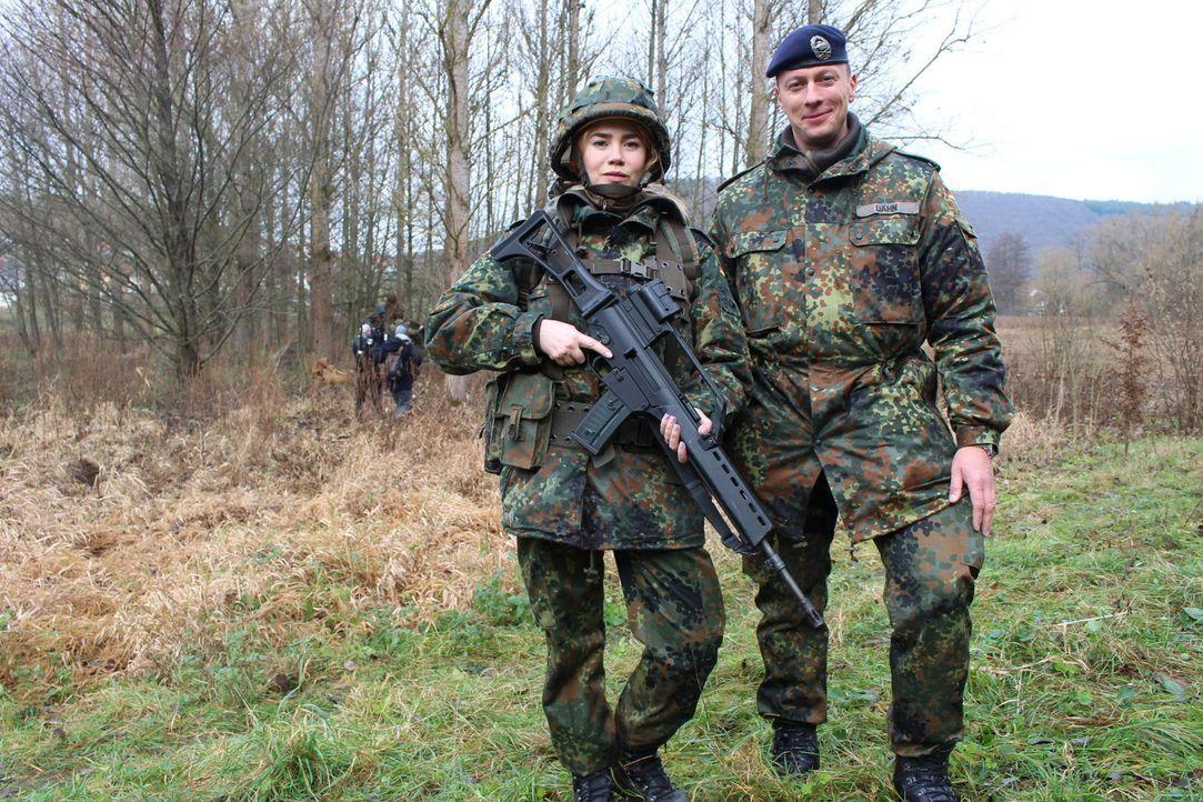 """Bei """"Palina in the Box"""" muss Moderatorin Palina Rojinski (l.) zur Bundeswehr. Doch wie wird sie sich schlagen? - Bildquelle: ProSieben"""