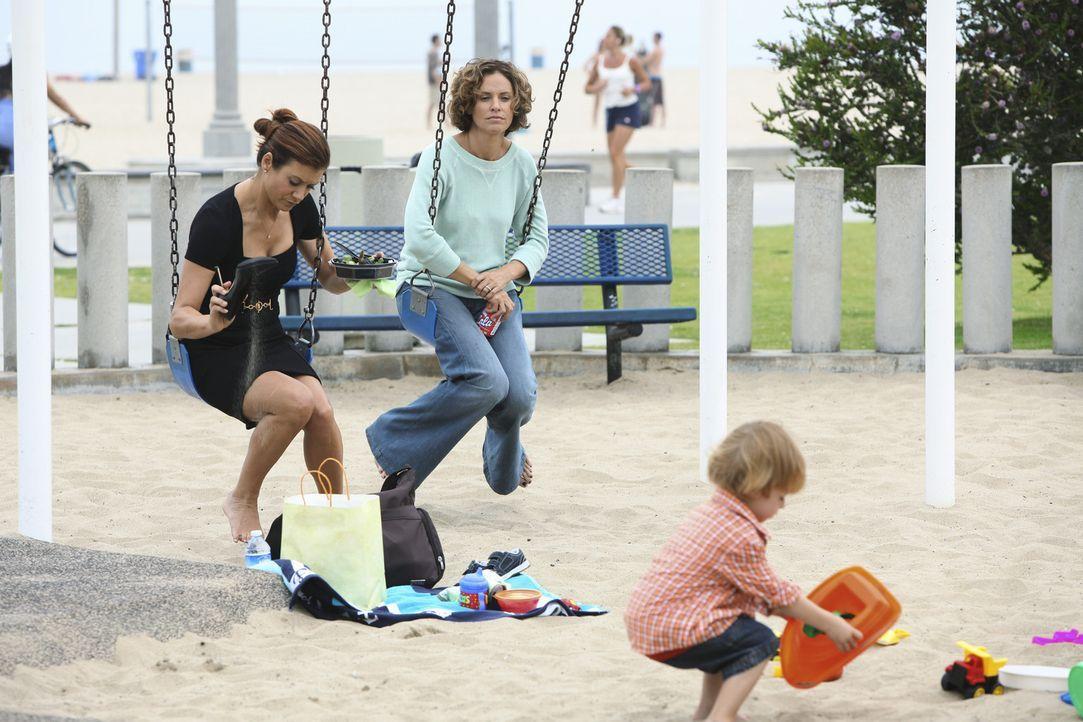 Während Violet (Amy Brenneman, M.) Schwierigkeiten hat, zuhause zu bleiben und für Lucas (Darsteller unbekannt, r.) zu sorgen, behandeln Addison (... - Bildquelle: ABC Studios