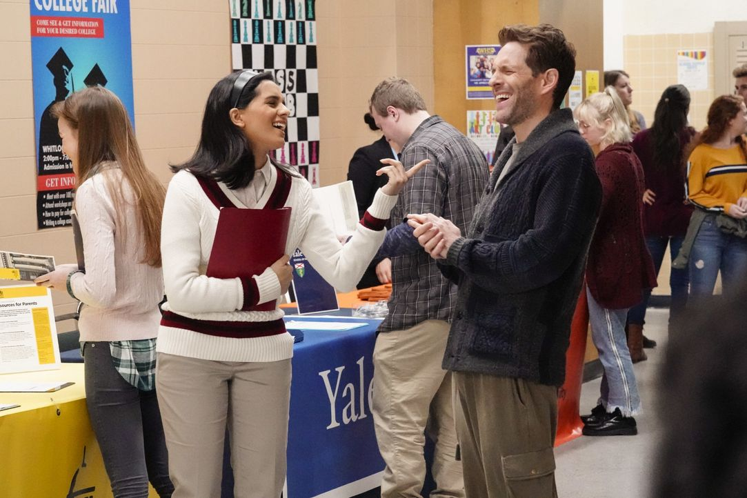 Sarika Sarkar (Aparna Brielle, l.); Jack Griffin (Glenn Howerton, r.) - Bildquelle: Evans Vestal Ward 2019 Universal Television LLC. ALL RIGHTS RESERVED. / Evans Vestal Ward
