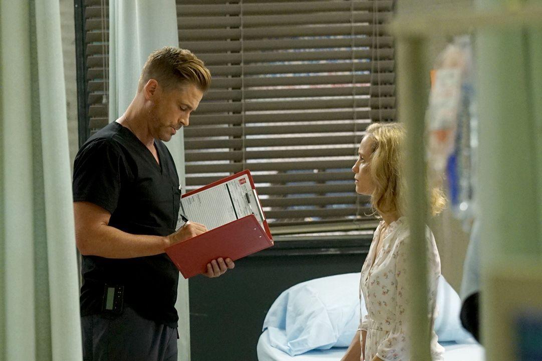 Willis (Rob Lowe, l.) macht Bekanntschaft mit einer namenlosen Frau, die sich für tot hält ... - Bildquelle: Monty Brinton 2015 ABC Studios