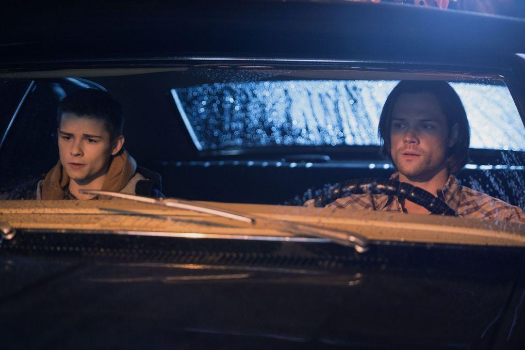 Eigentlich wollte Sam (Jared Padalecki, r.) seinen Bruder mit einem neuen Fall ein wenig ablenken, doch dann finden sie sich mitten in einem grausam... - Bildquelle: 2016 Warner Brothers