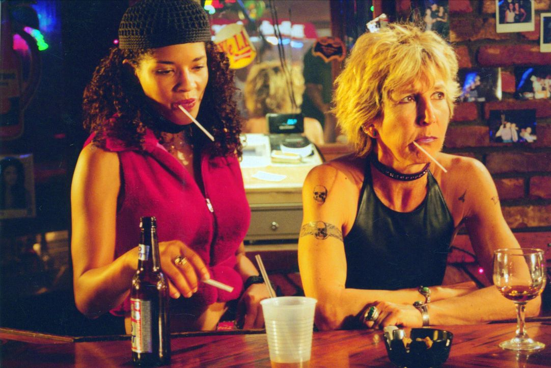 Frauen unter sich: Was ist wohl das Hauptgesprächsthema zwischen Alex (Klea Scoot, l.) und Barkeeperin Marge (Lin Shaye, r.)? - Bildquelle: Kali Films