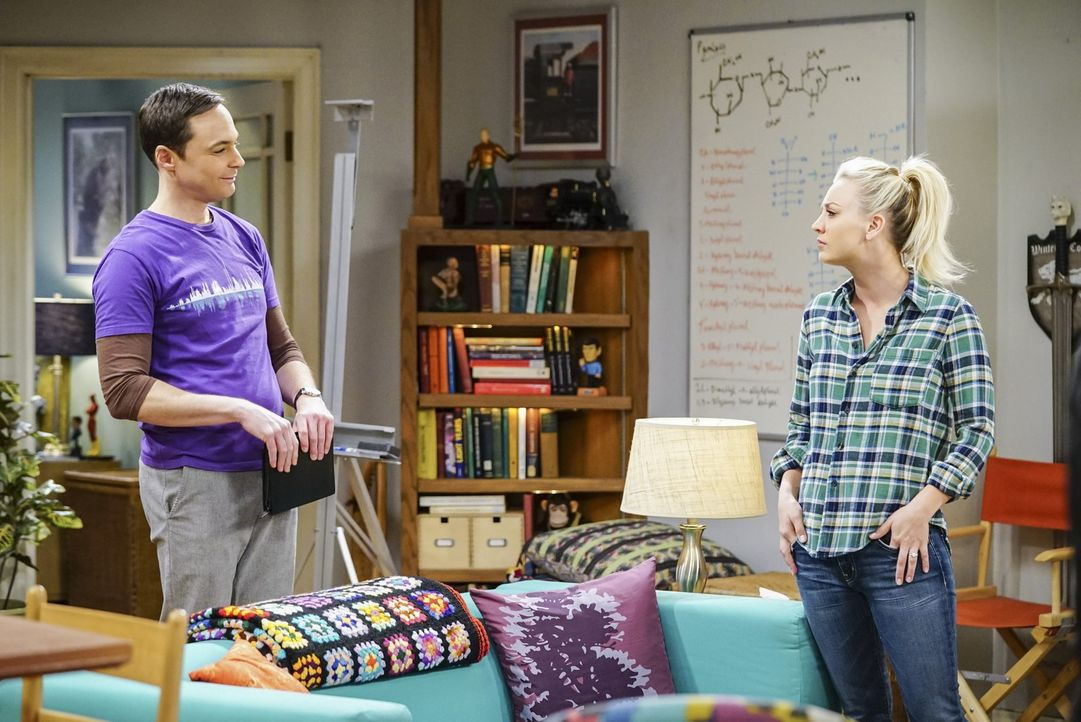 Noch ahnt Penny (Kaley Cuoco, r.) nicht, dass sie von Sheldon (Jim Parsons, l.) und Amy auf ihre Tauglichkeit als Trauzeugin getestet wird ... - Bildquelle: Warner Bros. Television